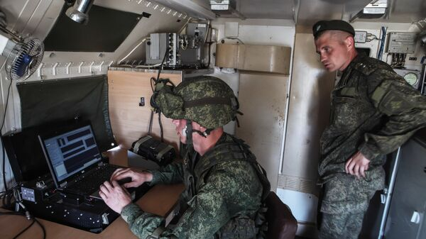 Военнослужащие в автомобиле комплекса РЭБ Дзюдоист
