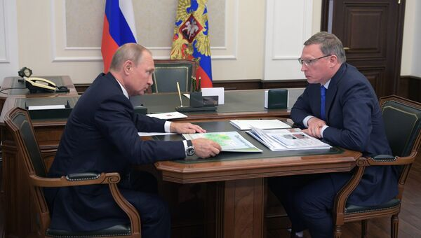 Президент РФ Владимир Путин и временно исполняющий обязанности губернатора Омской области Александр Бурков