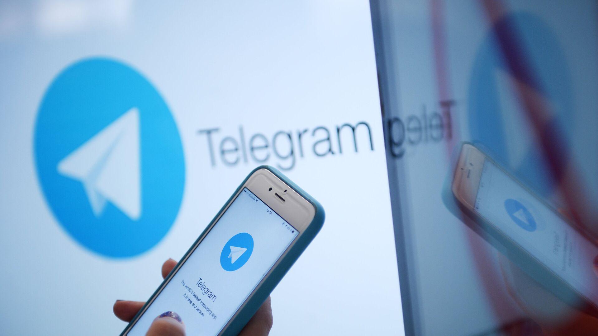Логотип мессенджера Telegram на экране монитора и телефона - РИА Новости, 1920, 09.01.2021