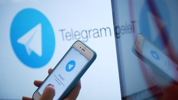 Логотип мессенджера Telegram на экране монитора и телефона. Архивное фото