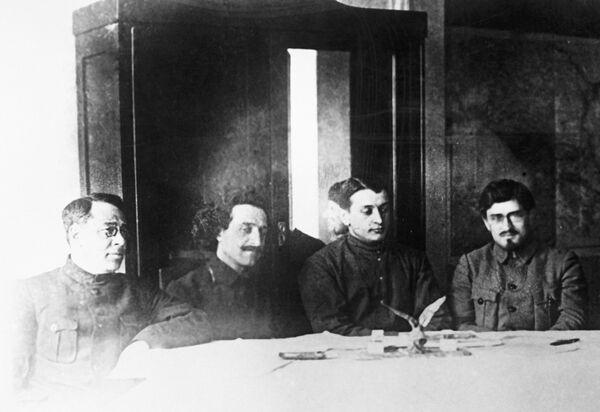 Слева направо: С.И. Гусев, Г.К. Орджоникидзе, М.Н. Тухачевский и Е.А. Трофимов