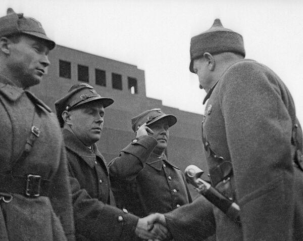 Михаил Тухачевский приветствует военных атташе на Красной площади. 1935 г.
