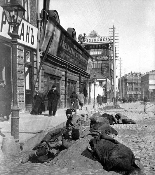 Рабочие отдыхают на мостовой. Девятисотые годы