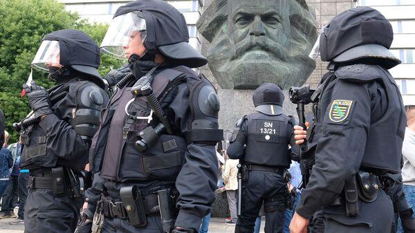 Сотрудники правоохранительных органов возле памятника Карлу Марксу в Хемнице, Германия