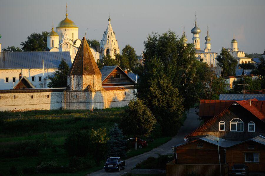 Вид на Покровский женский монастырь в Суздале