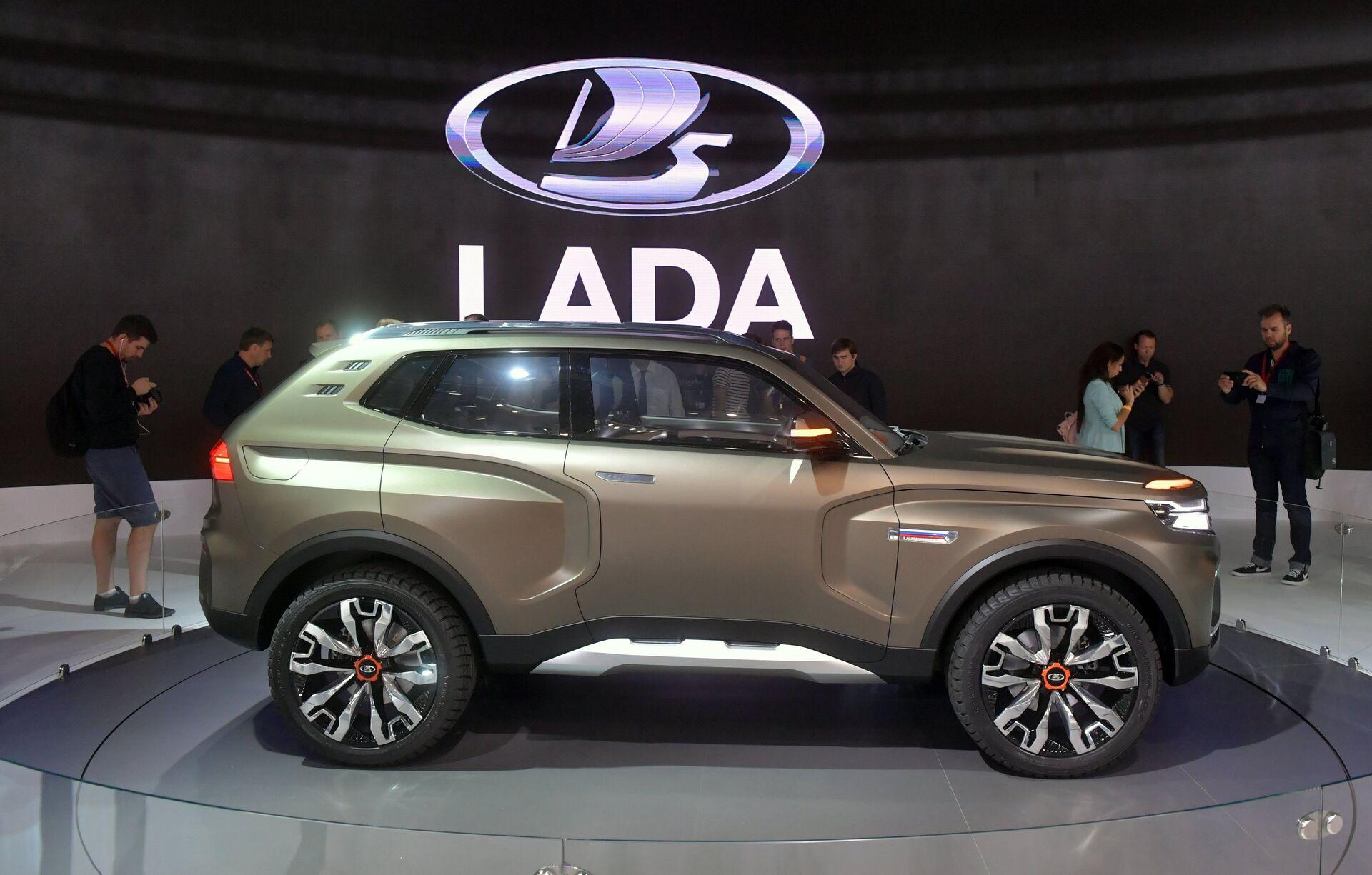 Посетители фотографируют новый автомобиль LADA 4x4 Vision на Московском международном автомобильном салоне 2018 - РИА Новости, 1920, 14.01.2021