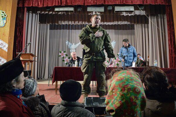 Премьер-министр Донецкой народной республики Александр Захарченко на встрече с жителями города Новоазовска Донецкой области
