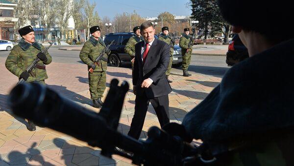 Избранный глава Донецкой народной республики Александр Захарченко (в центре) перед церемонией инаугурации в Донецком драматическом театре