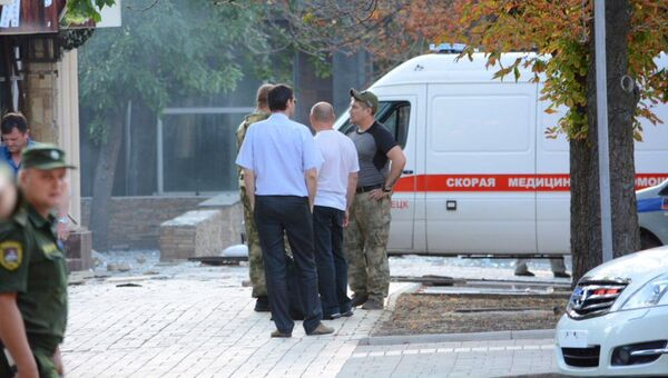 У входа в кафе Сепар в Донецке, после взрыва в котором погиб глава ДНР Александр Захарченко