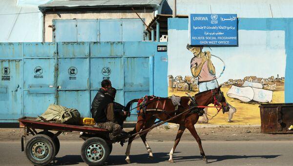 Жители Палестины у офиса БАПОР в Секторе Газа. Архивное фото