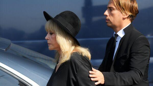 Певица Алла Пугачева и телеведущий Максим Галкин на церемонии прощания с Иосифом Кобзоном