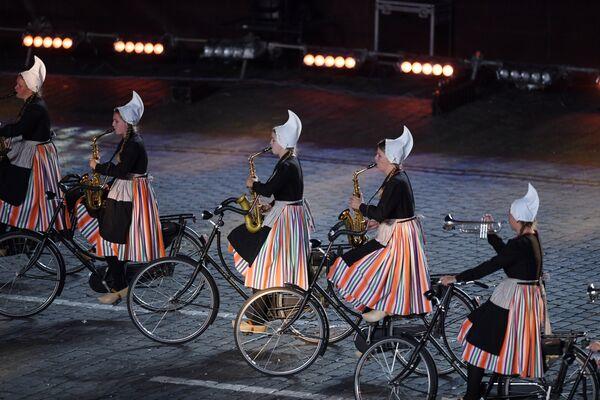 Оркестр на велосипедах «Крещендо» выступает на закрытии XI Международного военно-музыкального фестиваля Спасская башня