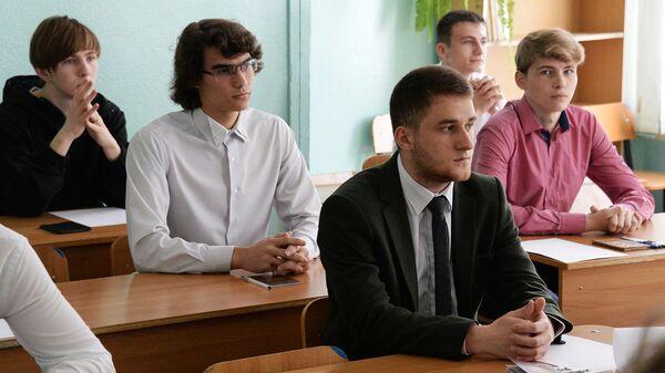 Ученики 11-х классов во время урока. Архивное фото