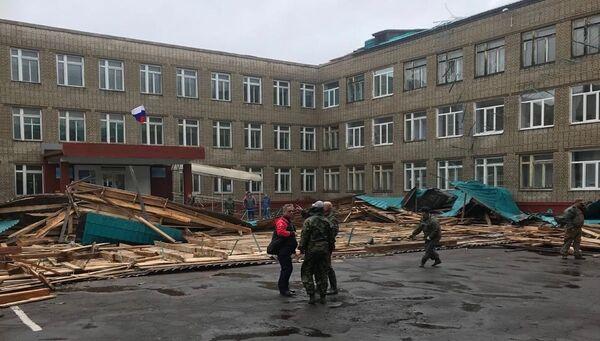 3dfe8875cb8a Сорванная тайфуном школьная кровля в городе Советская Гавань, Хабаровский  край. Архивное фото