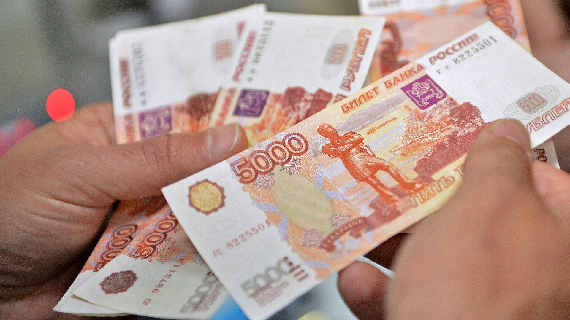 Аналитик дал совет, как эффективно вложить пять тысяч рублей