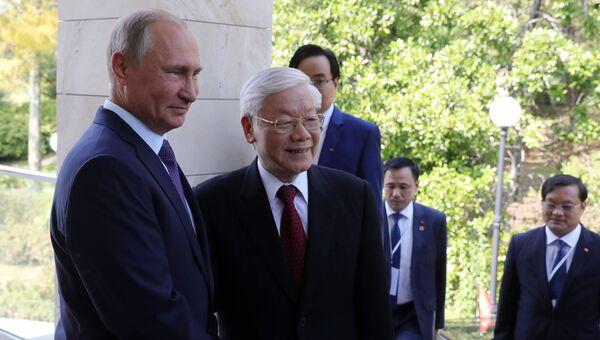 Президент РФ Владимир Путин и генеральный секретарь Центрального комитета коммунистической партии Социалистической Республики Вьетнам Нгуен Фу Чонг (второй слева) во время встречи. Архивное фото