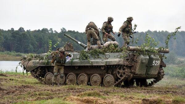 Военнослужащие вооруженных сил Украины и армейских подразделений иностранных государств у БМП-2 во время активной фазы военных учений Репид Трайдент - 2018