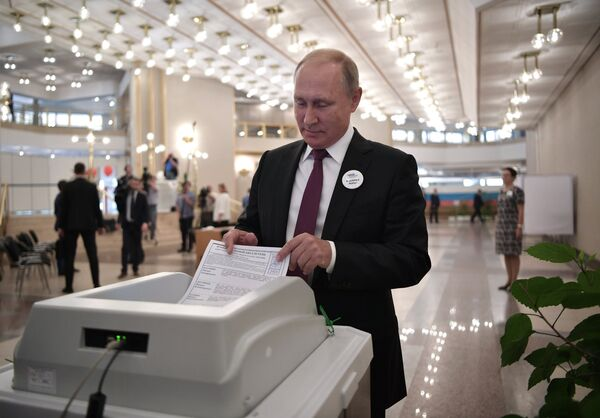 Президент РФ Владимир Путин во время голосования на выборах мэра Москвы