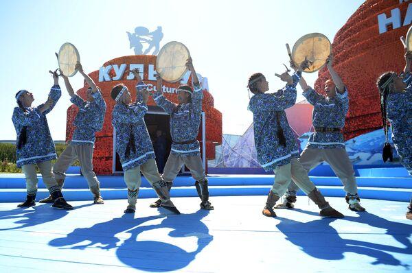 Выступление артистов у павильона Камчатка на площадке павильонов выставки Улица Дальнего Востока в рамках Восточного экономического форума во Владивостоке