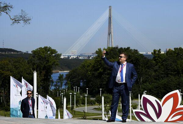 Посетитель на площадке Восточного экономического форума во Владивостоке