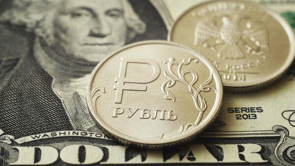Монеты номиналом один рубль на банкноте один доллар США