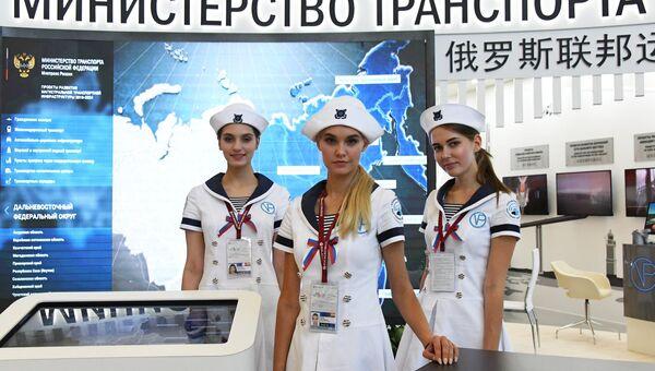 Девушки у стенда Министерства транспорта РФ на площадке Восточного экономического форума во Владивостоке