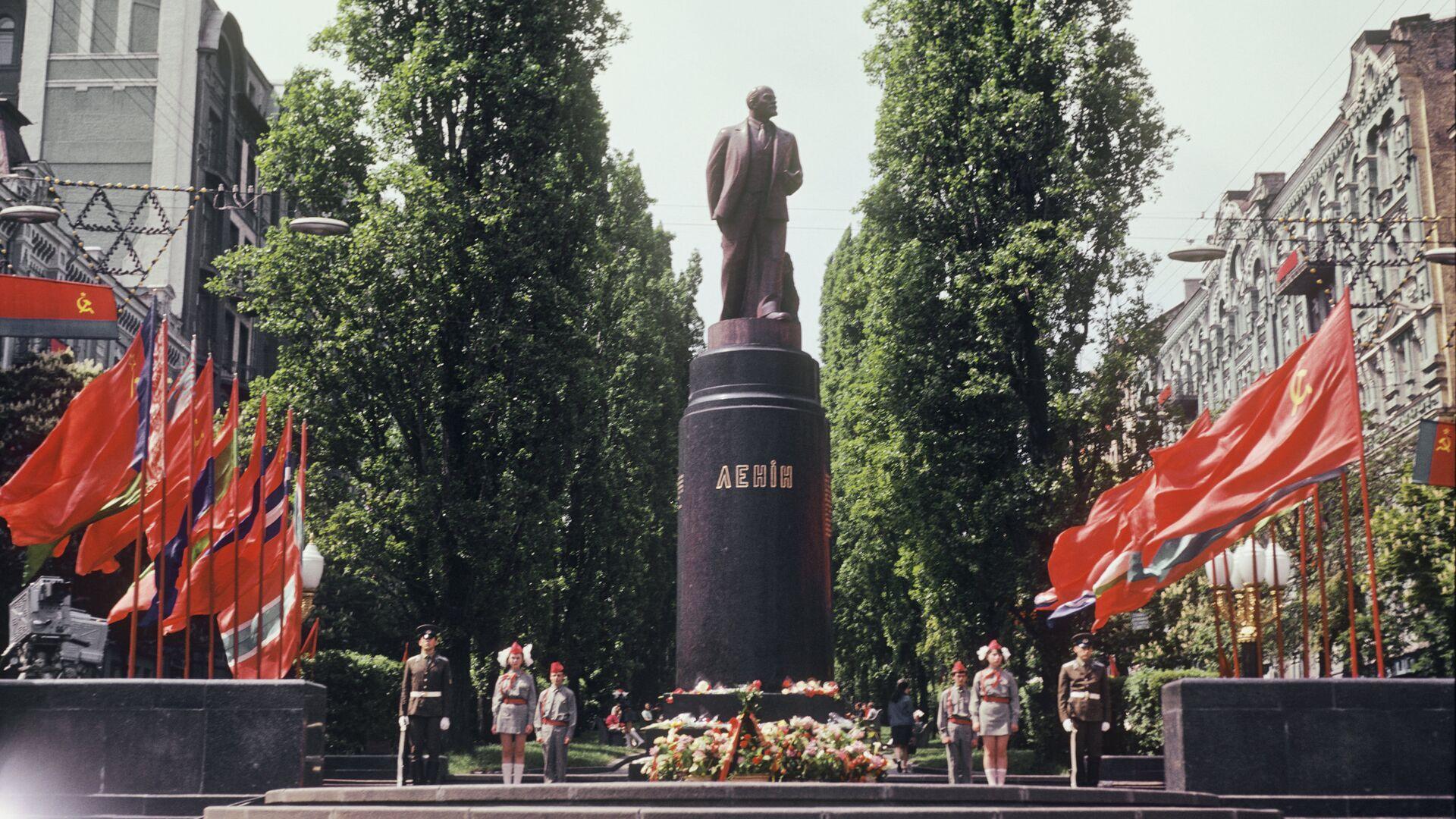 СБУ допросила художника из-за инсталляции, где украинцы стоят на коленях