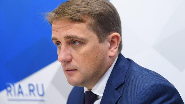 Илья Шестаков во время интервью на стенде Международного информационного агентства Россия сегодня на IV Восточном экономическом форуме