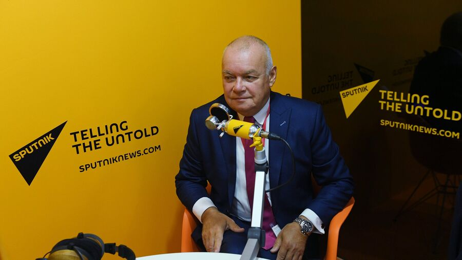 Генеральный директор МИА Россия сегодня Дмитрий Киселев в радиорубке Sputnik на площадке IV Восточного экономического форума