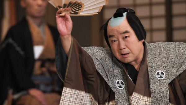 Артист японского театра кабуки в сцене пьесы Кэйсэй Хангонко в Москве