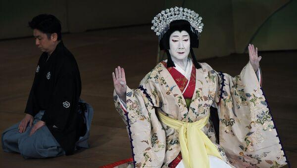 Артисты японского театра кабуки в сцене пьесы Ёсинояма на сцене Театра имени Моссовета в Москве