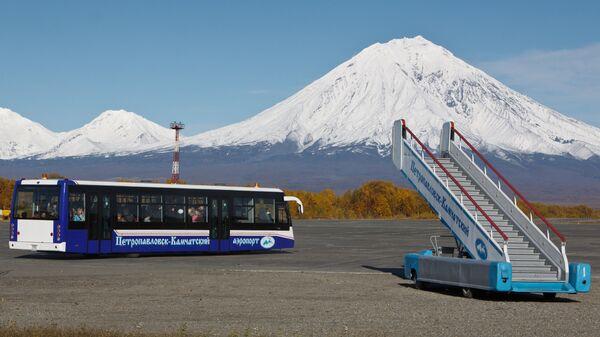 Автобус и трап в международном аэропорту Елизово. Архивное фото