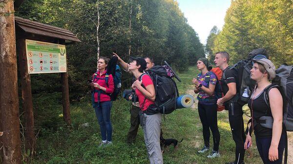 Туристы на экологической тропе в национальном парке Плещеево озеро, Ярославская область