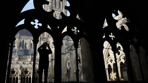 Турист в соборе Девы Марии в английском городе Солсбери