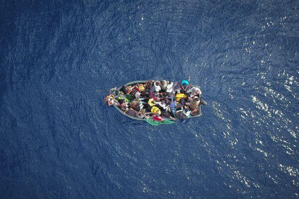 Лодка с мигрантами, севшая на мель в Гибралтарском проливе