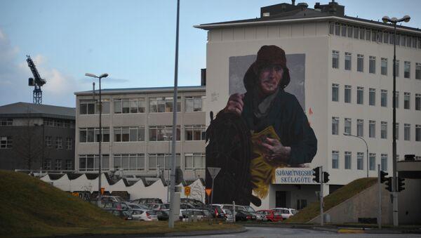 Граффити с рыбаком в центре Рейкьявика