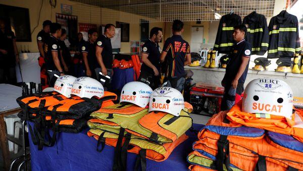 Спасатели готовят снаряжение перед наступлением тайфуна Мангхут, Филиппины. 13 сентября 2018