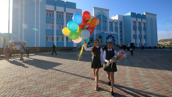 Ученики перед школой в Симферополе