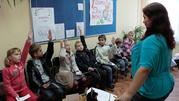 Будущие первоклассники частной школы Гран Приморского района Санкт-Петербурга во время подготовки к торжественной линейке перед началом учебного года