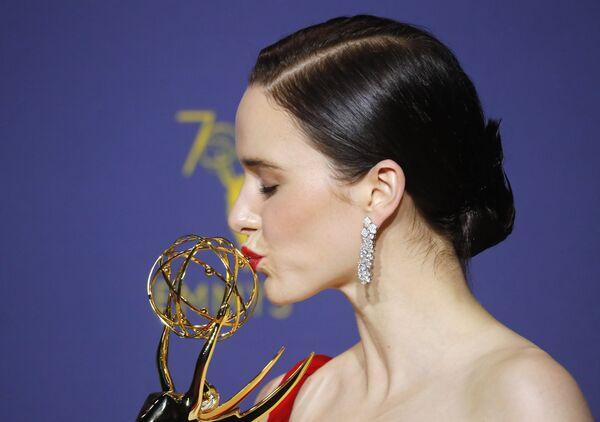 Рэйчел Броснахэн с наградой Эмми за сериал Удивительная миссис Мейзел в Лос-Анджелесе