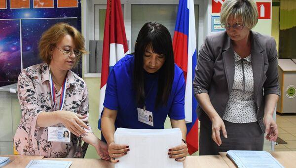 Подсчет голосов на избирательном участке во Владивостоке. Архивное фото