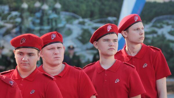 Юнармейцы перед началом церемонии освящения закладного камня главного храма Вооруженных Сил РФ в парке Патриот