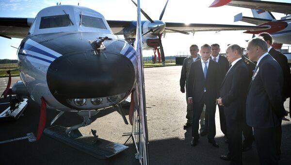 Президент РФ Владимир Путин осматривает самолеты L-410 УВП-Е20 во время посещения военно-патриотического парка Патриот