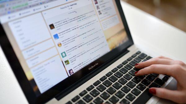 Страница социальной сети Twitter на экране ноутбука