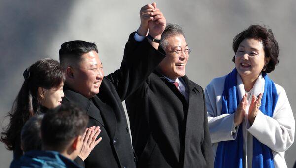 Президент Южной Кореи Мун Чжэ Ин и лидер КНДР Ким Чен Ын во время визита на гору Пэктусан. 20 сентября 2018