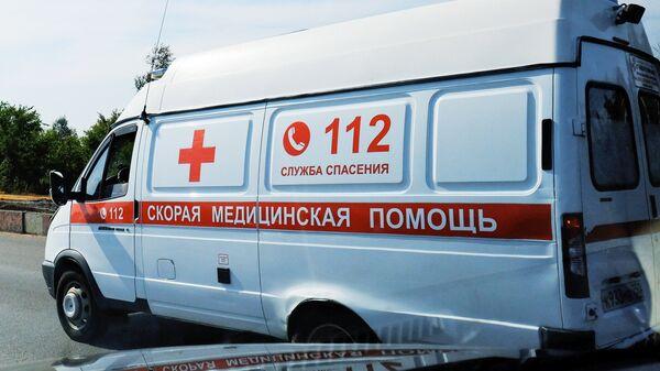 Автомобиль скорой медицинской помощи на дороге