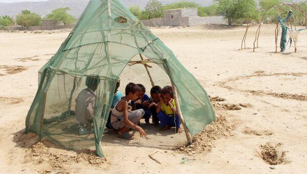 Дети, перемещенные из Ходейды, играют в лагере для временно перемещенных лиц в районе Абс провинции Хаджа. Архивное фото