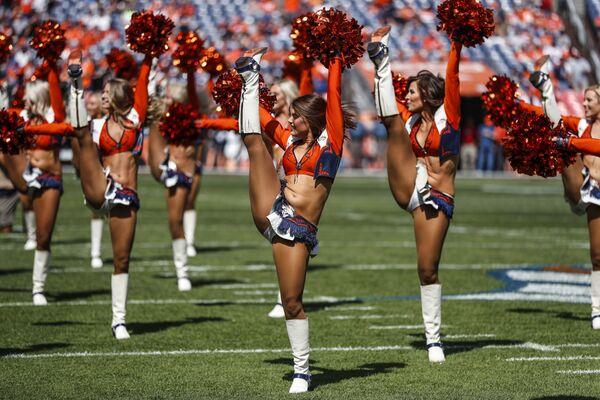 Чирлидерши выступают перед началом игры Denver Broncos и Oakland Raiders в Денвере
