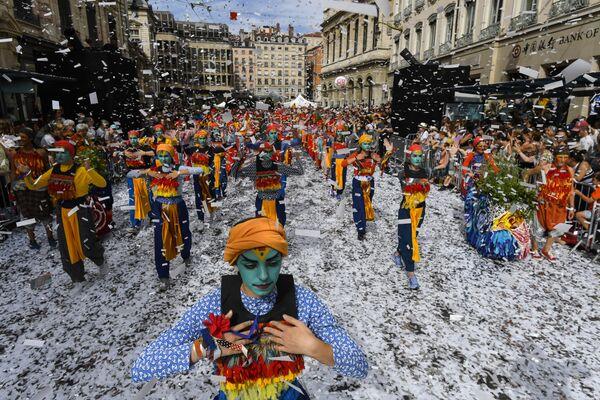 Танцоры на параде по случаю открытия Биеннале танца в Лионе