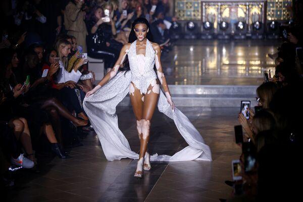 Модель на показе Julien Macdonald в рамках Недели моды в Лондоне